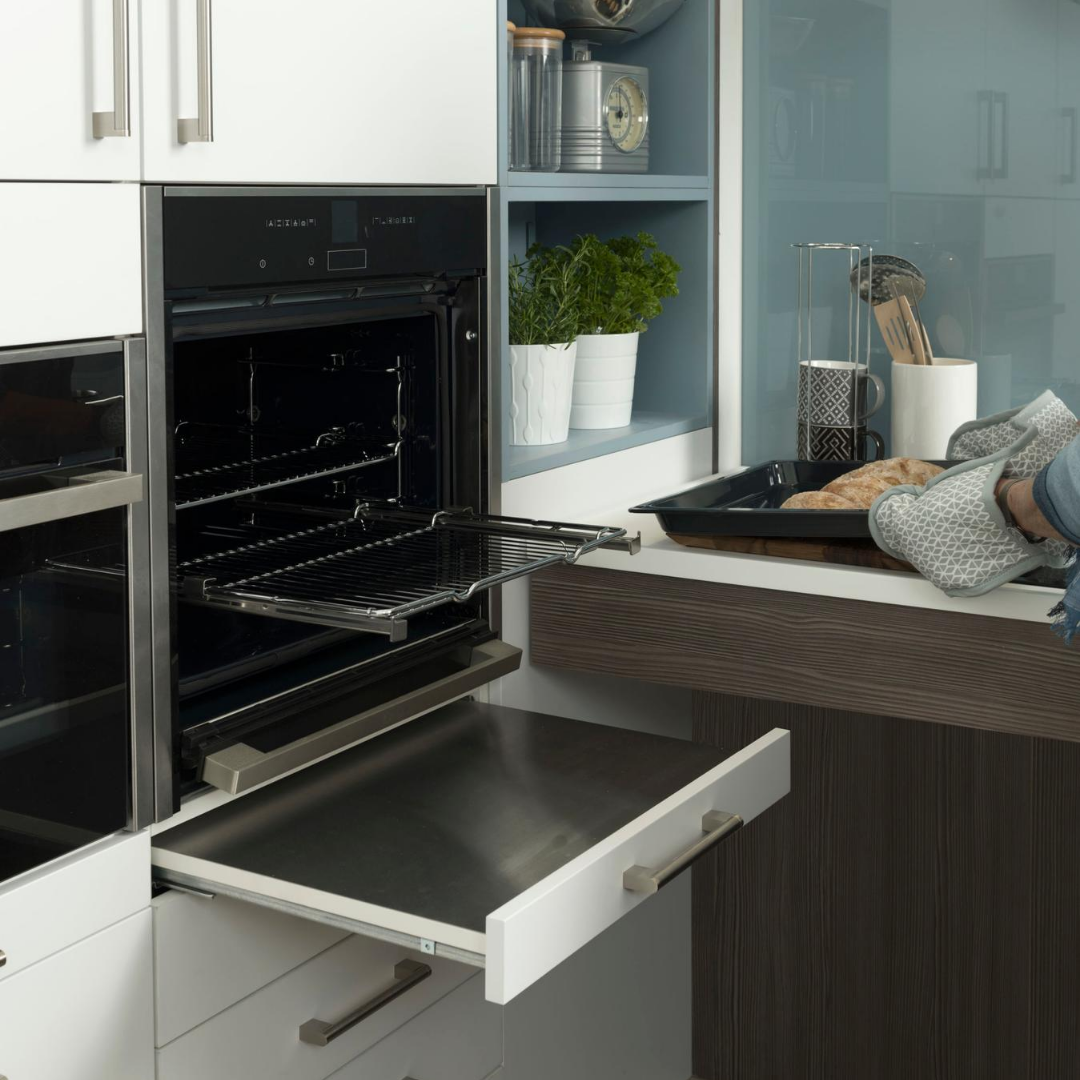 Oven with Pull Out Heatproof Shelf